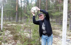 Efter cirka 50 år ställer sig Ingvar Haraldsson åter mellan målstolparna på Linsells IP
