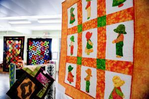 Lokalen i museet är fylld med sprakande färger, kraftiga tyger och nyskapande mönster och modeller.