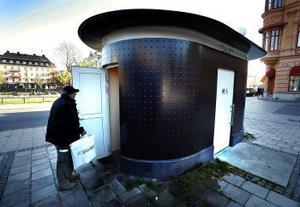Det finns ingen plats i toan på Stora Torget för Ingvar Jacobssons kasse.Nu vill han ha en ändring som bara kostar några kronor.