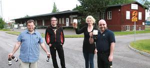 Mikael Granath, Per och Lotta Granberg samt Dan Sederowsky har köpt det stora röda huset för att börja brygga öl i Köping. Foto: Ulf Eneroth
