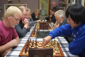 Leif Wermelin, Njurunda,  och David Sundin, Gnarp,  i blixtschack. Wermelin vann partiet på tid. Bakom möts Ulf Norell, Gnarp,  och Tore Andersson, Jättendal.