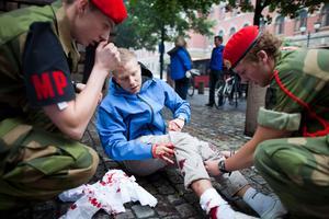 Flera personer har skadats allvarligt i explosionerna i Oslo. Före detta gävlebon Lotta Nordström satt på en buss och klarade sig ifrån skador när det exploderade.