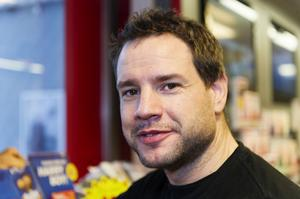 Jonas Sellgren, Sundsvall– Ja ofta, det ingår i mitt jobb. Jag använder inbyggd handsfree. Att skicka och läsa sms kan vara farligare.