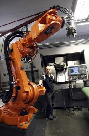 Roger Berggren, ägare till Fårbo mekaniska AB, vid den kombinerade svarven och fräsen – en av de 58 CNC-maskinerna på företaget.