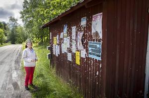 Spruthuset är en liten byggnad där alla nyheter sätts upp på söderväggen. Gun Persson berättar att de hade brännbollsturnering under midsommarhelgen.