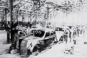 Toyota tog lärdom av Fords löpande band, men förfinade produktionsprocesserna och gjorde dem mer flexibla. Vilket blev en nyckel till den japanska bilindustrins framgång. Bild från tillverkningen av Modell AA 1936.