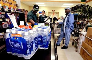 Falskt som vatten. Pepsi tvingades 2003 att upplysa kunderna om att flaskvattnet inte kommer från någon exklusiv källa utan bara är vanligt kranvatten. arkivbild: Gerald Herbert/scanpix