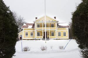 Herrgården i Silje byggdes runt 1860 och innan bröderna Tedebrands familj tog över gården har det både varit jordbruk, tingsställe och gästgiveri.