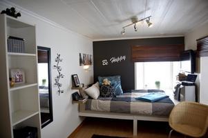 Matildas rum är ganska litet, men tack vare den smarta, platsbyggda sängen tas ytan i rummet tillvara på ett bra sätt.