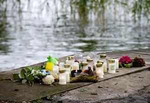 Sorg i Sigtuna. Blommor och tända ljus vid den badplats där de två små barnen, 4 och 8 år gamla, hittades döda för en vecka sedan.foto: scanpix
