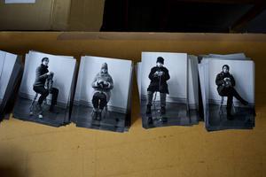 Konstnärsgruppen iscensätter flera historiska berättelser. Här som modeller i dokumentärfotografen Karl Lärkas värld.