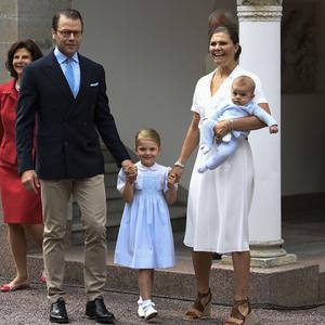 Drottning Silvia, prins Daniel, prinsessan Estelle och kronprinsessan Victoria och prins Oscar kommer till prins Alexanders dop.