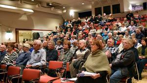 Drygt 160 personer deltog i stormötet och många deltagare – som Margareta Gustafsson närmast kameran – var kritiska till  politikernas hantering av äldreomsorgsfrågan.