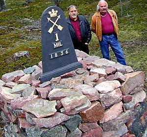 Gunnar Eriksson och Gunnar Andersson rustade för tio år sedan upp huvuddelen av Moras 34 milstolpar, tillsammans med Åke Björs, som dock inte var med när denna bild togs. Foto:HansOlander, arkiv