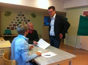 Anders Åhrlin (M) hade glömt sin legitimation. Valförrättarna Kristina Andersson och Matts Deubler kände inte igen honom - och han fick därför hämta sin ID-handling.