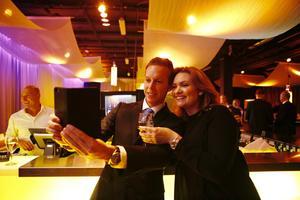 Hampus Hägglund tar en selfie på sig och Sabine Annemo i baren innan middagen. De arbetar på Elite stadt.