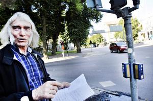 Gösta Nordqvist, trafikingenjör på kommunen, berättar att det nya automatiska systemet gör att fotgängare inte behöver trycka på knappen för att få grön gubbe.