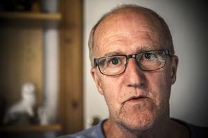 Janne Karlsson hade lagt märke till den mystiske mannen som satt i entrén till affären under lång tid.