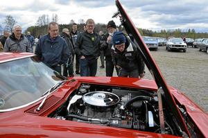 Inspektion. Ola Forslund och Hans Stenerlöv presenterade och inspekterade bilar. Här är det Olof Törnkvists, Råda, Corvette från 1976 som skärskådas.