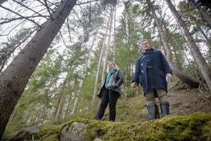 Landskapsarkeologerna Lena Berg Nilsson och Ola Nilsson står på grunden till ett av sågverken vid Nianån i Njutånger.