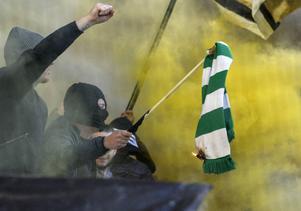 Under söndagens stockholmsderby mellan Hammarby och AIK slogs en av spelarna medvetslös, då tyckte motståndarsupportrarna att det var en bra idé att skandera