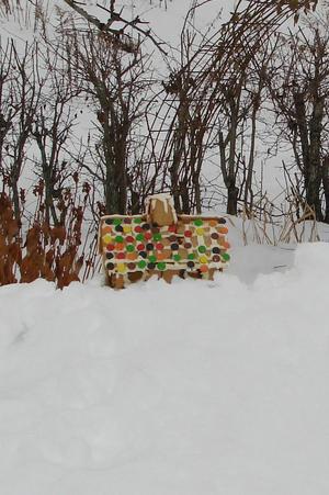 Farväl till senaste julen och pepparkakshuset, som tronar på enjättehög med snö.