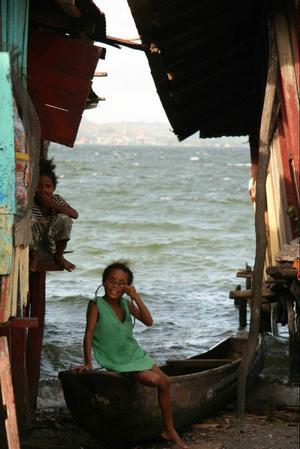 De här två barnen bor i området kring Sentani, en stor sjö i Västpapua. Folket som bor här lever  på fiske.