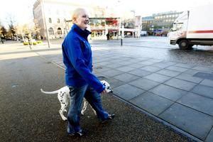 – Bra att slippa busstrafiken, säger Sofia Hansson som korsar Nygatan med sin hund Brumma.