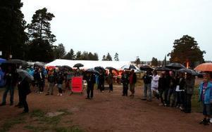 Publiken stod i tältet eller under paraplyer ... Foto: Jennie-Lie Kjörnsberg