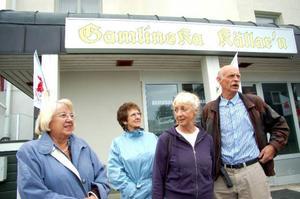 Irma Mårtensson, Aivi Funseth, Anna Gertrud Larsson Olofsson och Tore Olofsson tycker att det är bra att Grand Hotell bevaras i Strömsund.  Foto: Jonas Ottosson