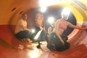 Paradisets chef David Berglund hälsar på inne i Magic Eye, där Elin Edlund, Emil Fridh, Sebastian Åström och Amelia Westman förstärker belysningen.