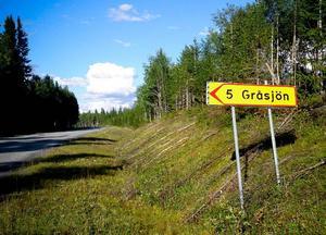 Gråsjöns vägskylt tyder på att vägen tidigare var öppen och välkomnande för allmänheten.