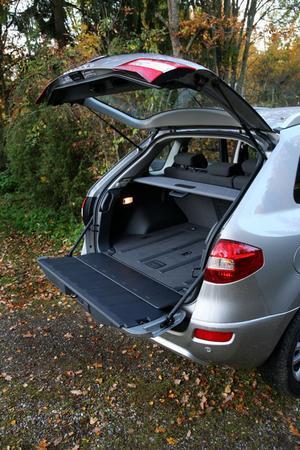 Tvådelat. Bakluckan är tvådelad och den undre delen kan bära 200 kg. Ifall man behöver sätta ner rumpan och vila. Med lättåtkomliga reglage på sidan av bagagerummet kan baksätets ryggstöd fällas.