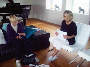 Anne-Charlotte Harvey och landshövding Barbro Holmberg diskuterade bokplanerna i fjol.Olga Lindgren från Norrsundet.