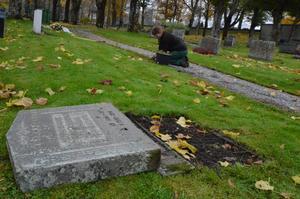 Den här gravstenen på Kumla kyrkogård satt bara fast med en enda ståldubb, och dessutom var sockeln sned. Därför lades den på torsdagen ner av personalen.