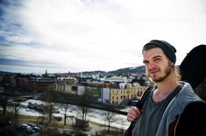 Sundsvallsbon Vincent Jedselius, som tidigare studerat på Härnösands folkhögskola, uppträder under fredagskvällen på restaurangen Mormor Hilmas i Härnösand.