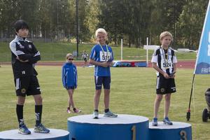 Vinnaren Sixten Partanen flankerade av tvåan Jacob Sundqvist och trean Isak Frölander.