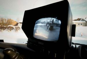 Med tv-kameran övervakar föraren flaket för att se att lastning och tippning fungerar som det ska.