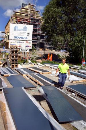 Fibercement kallas de mörkblå och svarta plattor som klär tak och fasad på de två stora huskropparna på Kastanjen. Plattorna består av cement och cellulosafiber.