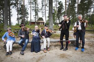 – Det bästa är allspelet, då kan alla vara med, säger Greta Skoglund, i blå jacka. Innan allspelet drog igång passade Greta på att spela några låtar tillsammans med Per Järnberg, Britt-Marie Swing, Henrik Larsson, Stig-Arne Sandin och Hasse Wiklund.
