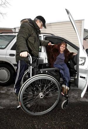 Att komma in och ut bilen är ingen enkel sak varken för Rose Blom eller hennes make Åke. På en vanlig p-plats med små ytor går det nästan inte. Vid en sådan situation nyligen skadade Rose benet illa och äter nu penicillin mot ett infekterat sår.