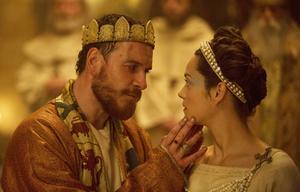 Michael Fassbender som Macbeth och Marion Cotillard som Lady Macbeth i filmen