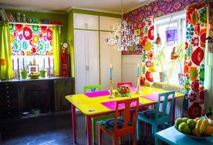Annika älskar att blanda många färger, men lyckas att hålla ihop färgskalan så det blir intressant att vara i.