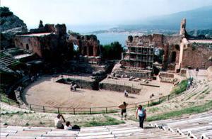 Den kanske starkaste scenen i Antikrists mirakler förlade Selma Lagerlöf till den gamla teatern i Taormina på Sicilien. Etna skymtar till höger.