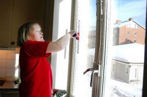 Det finns lika många sätt att putsa fönster som det finns fönsterputsare. Anna Carin Söder använder ljummet vatten med diskmedel och en liten skvätt fönsterputs. När fönstren blötlagts använder hon en klickskrapa för att all smuts ska lossna. Därefter torkar hon med en magisk trasa efter ena långsidan av fönstret samt högst upp. Sedan drar hon gummiskrapan i sidled för att få bort vattnet. Foto: Sandra Högman