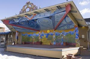 Brotorgsscenen som den såg ut fram till nedmonteringen 2008. Dekoren vid Brostugan och scenen tillkom 1999.