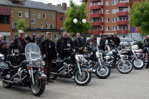 Vid lunchpausen i Ånge ställdes cyklarna upp på torget och det var åtskilliga Ångebor som ville ta sig en titt och prata motorcykel.