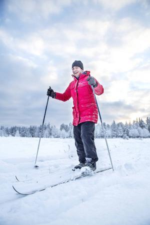Fardin från Afghanistan provar på skidåkning för första gången.