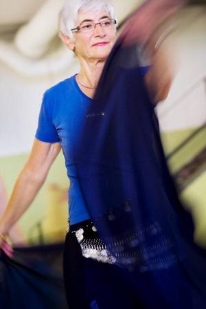 """Britt Andersson vill bli mjukare i lederna och får massor av motion på köpet.""""Orientalisk dans är svårare än man tror, jag är alldeles svettig"""", säger hon."""