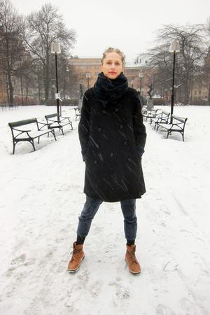 Jenny Hellström Ruas från Hofors startade sitt eget klädmärke som 19-åring. Nu ger hon ut en bok om hur man syr sina egna kläder.